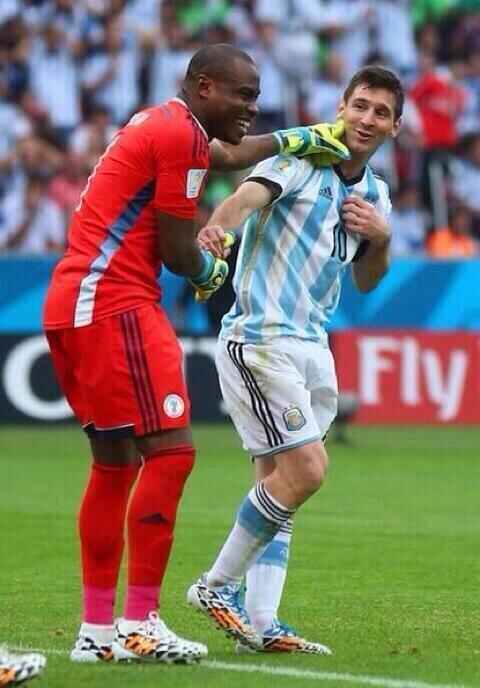 Messi y un nigeriano